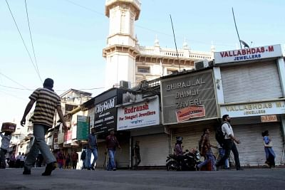 Mumbai: Shops remain closed in Mumbai to protest against suicide attack on a CRPF bus in Jammu and Kashmir