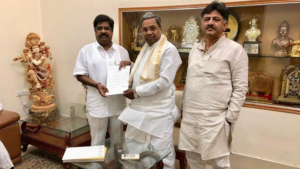 MLA H Nagesh (L) along with Siddaramaiah and DK Shivakumar