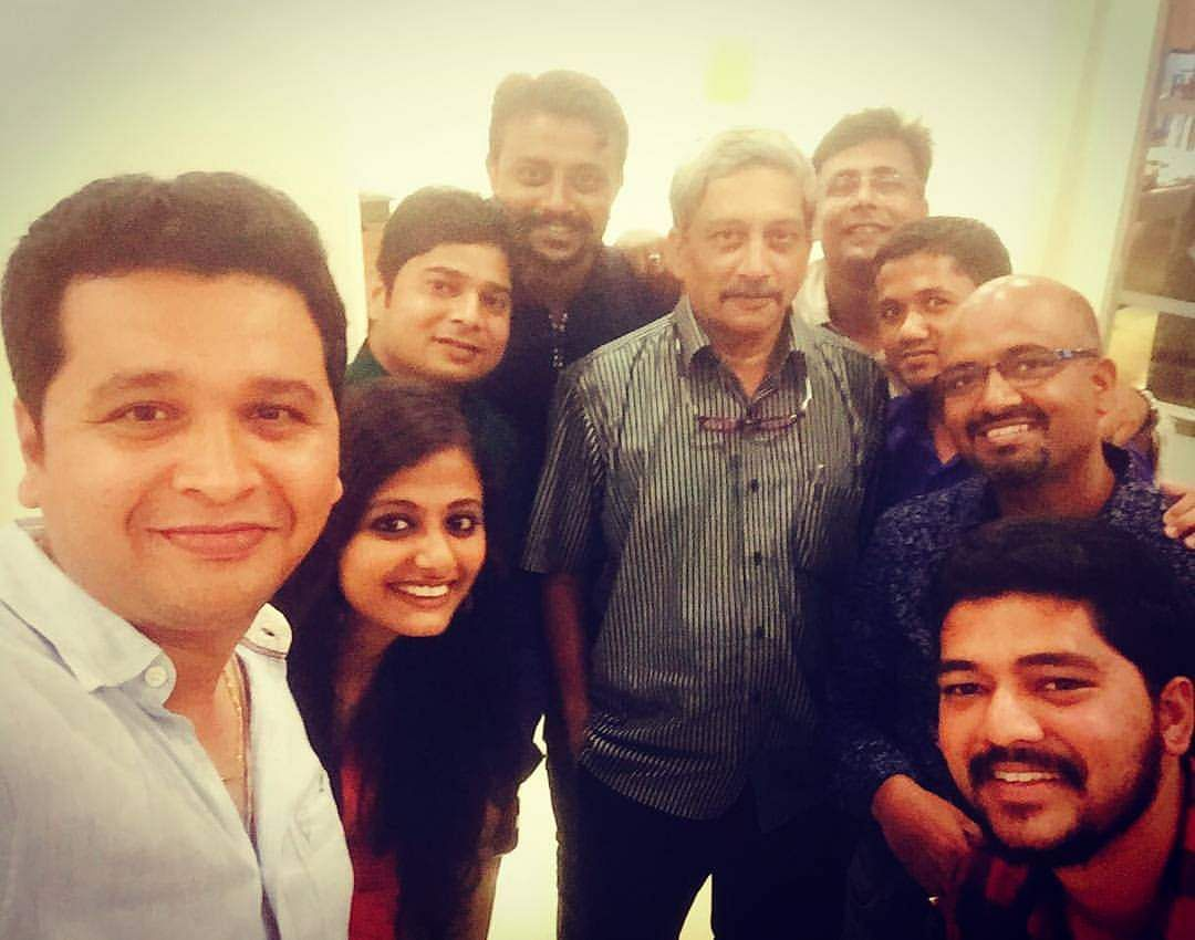 Journalists pose with him after dinner.