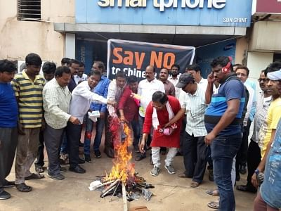 Kolkata: Traders burn Chinese goods as they protest against China for blocking India