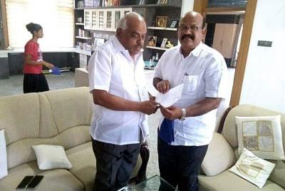 Bengaluru: Karnataka Congress MLA Umesh Jadhav (right) from Chincholi Assembly segment submits his resignation to Karnataka Assembly Speaker K.R. Ramesh Kumar at Kolar, near Bengaluru on March 4, 2019. (Photo: IANS)