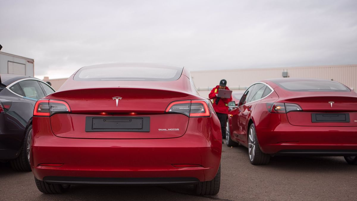 Tesla Adds New Traffic Signal Warning Feature for Autopilot