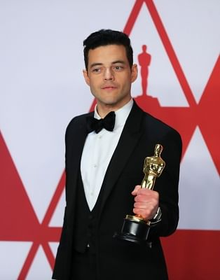 """LOS ANGELES, Feb. 25, 2019 (Xinhua) -- Rami Malek poses for photos after winning the Best Actor award for """"Bohemian Rhapsody"""" in the press room during the 91st Academy Awards ceremony, or the Oscars, held at the Dolby Theatre in Los Angeles, the United States, on Feb. 24, 2019. (Xinhua/Li Ying/IANS)"""