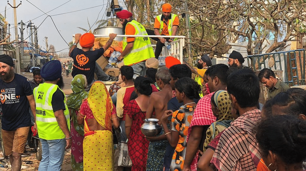 Khalsa Aid distributing hot meals in villages of cyclone-hit Odisha.