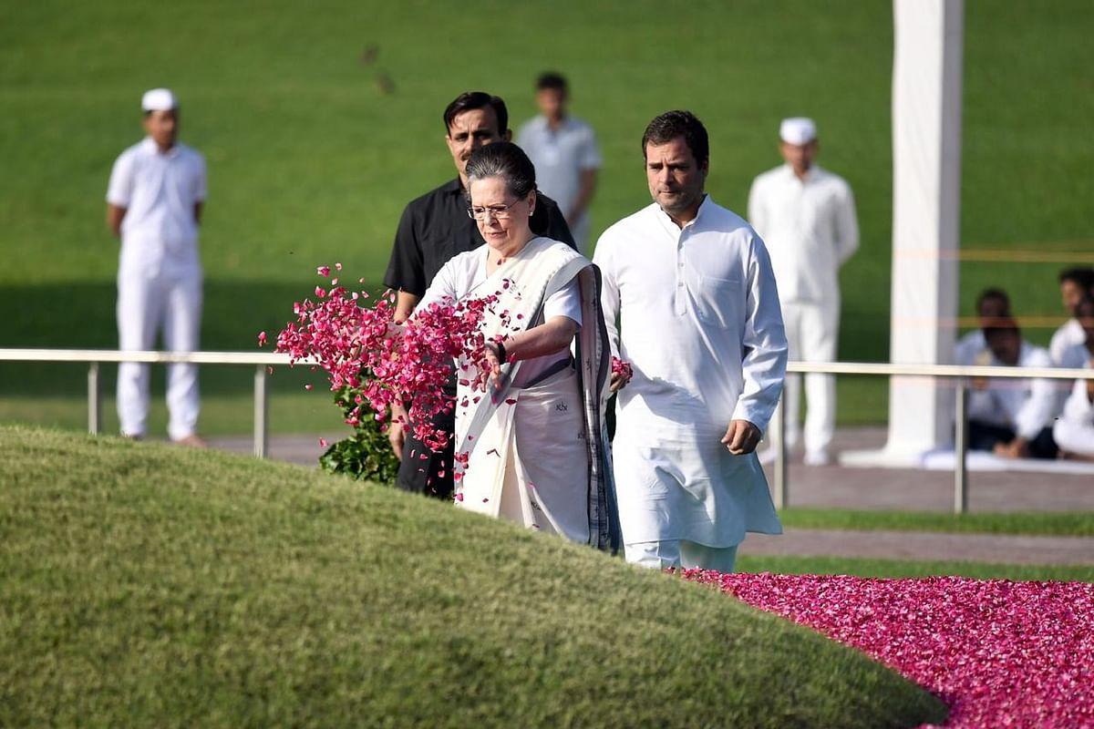 Sonia Gandhi and Rahul Gandhi paying tribute to Nehru