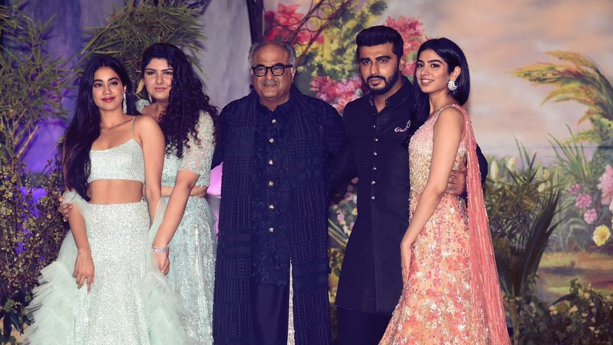 Arjun Kapoor with father Boney Kapoor and sisters Janhvi, Anshula and Khushi.