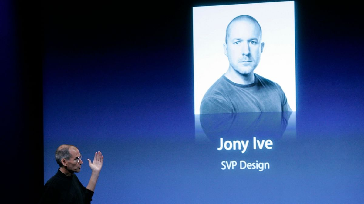 Steve Jobs introducing Jony Ive at Apple's special event in 2008.