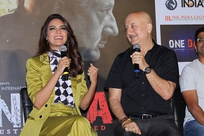 Actors Anupam Kher and Esha Gupta. (Photo: IANS)
