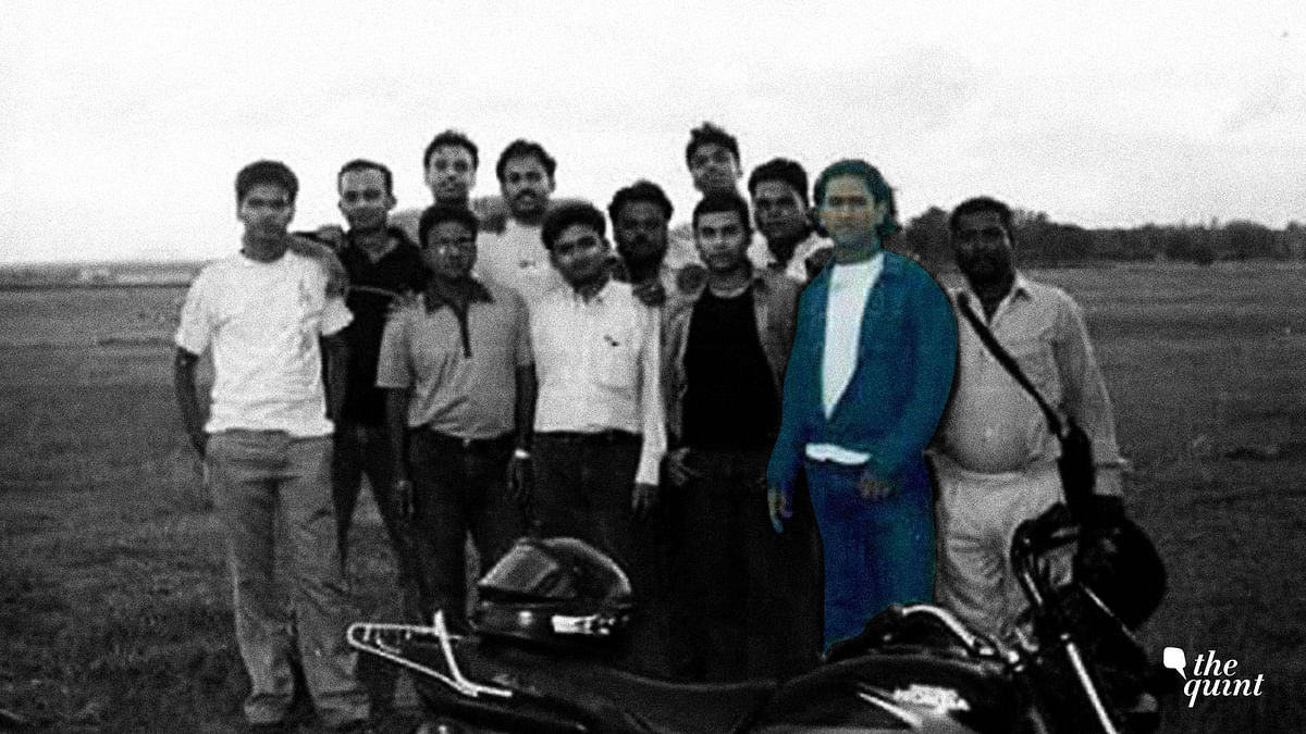 MS Dhoni Rare and Unseen Photos: A photo of MS Dhoni with his friends from early days.