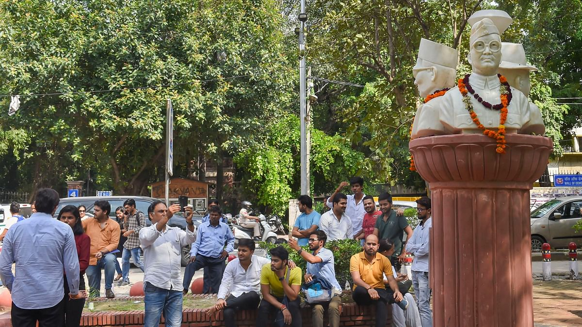After Criticism, ABVP-led DUSU Removes Bust of Savarkar, Others