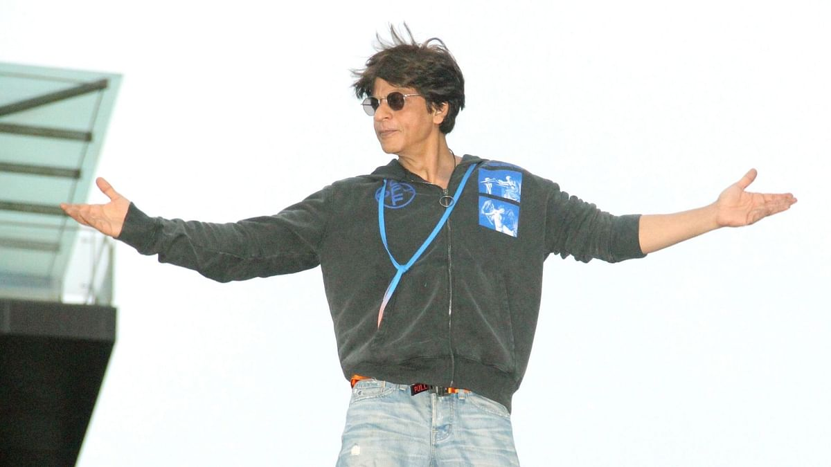 In Pics: Shah Rukh Khan Greets Fans With Open Arms on Eid