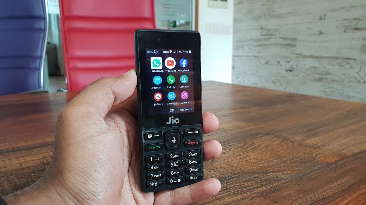 JioPhone supports apps like WhatsApp and YouTube