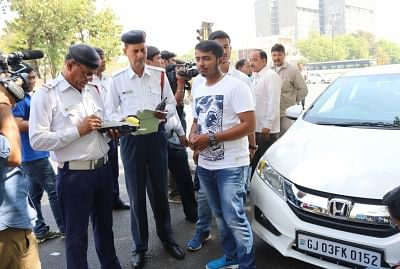 New Delhi: Traffic Police prosecute driver of a car with even numbered registration plate on Day 1 (Phase 2) of implementation of Delhi Government
