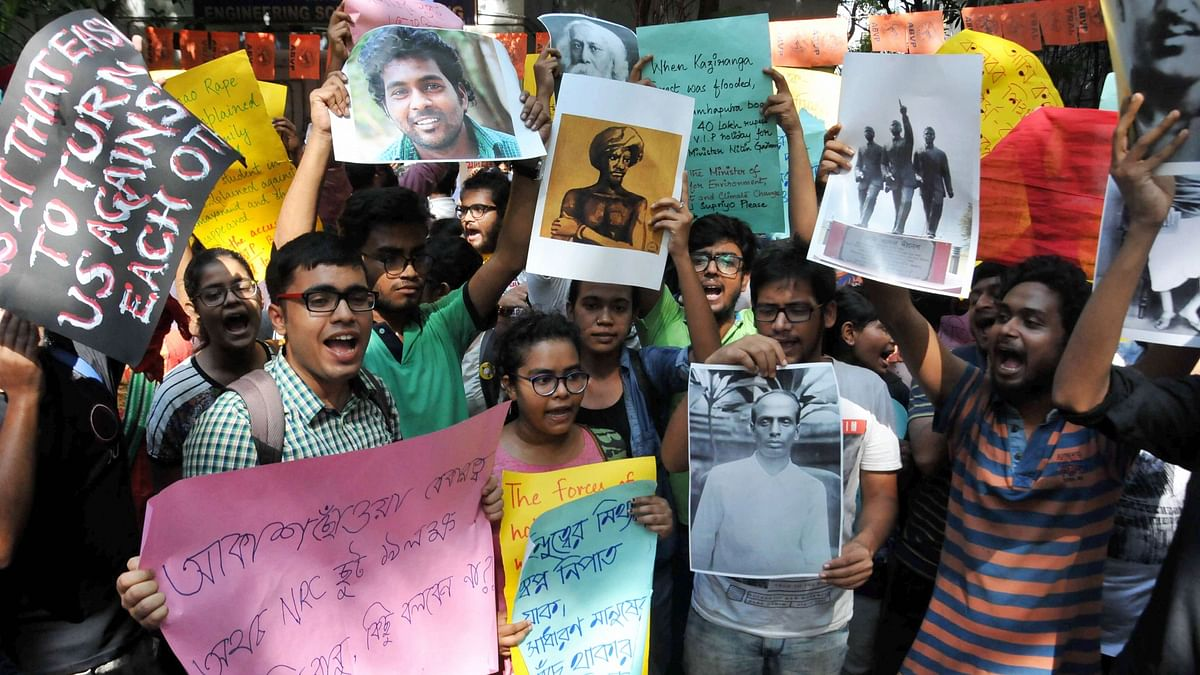 Left wing students of Jadavpur University raise slogans during a protest against Union Minister Babul Supriyos participation in ABVP seminar.