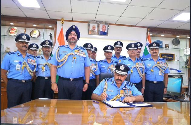 RKS Bhadauria (sitting down), taking over as new IAF chief in the presence of the outgoing chief BS Dhanoa (standing at the front, right behind Bhadauria).