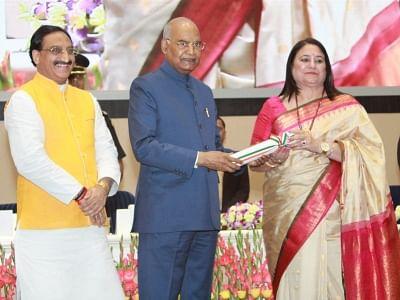 New Delhi:  President Ram Nath Kovind presents 2019 National Award to Teachers to Manju Rana, Principal of Seth Anandram Jaipuria School in Uttar Pradesh