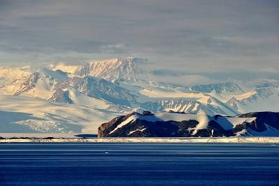 ABOARD XUELONG, Jan. 14, 2014 (Xinhua/IANS) -- Photo taken on Jan. 13, 2014 shows the landscape of Victoria Land in Antarctica. China is planning to build a perennial station in Victoria Land by 2015.  (Xinhua/Zhang Jiansong) (wf)