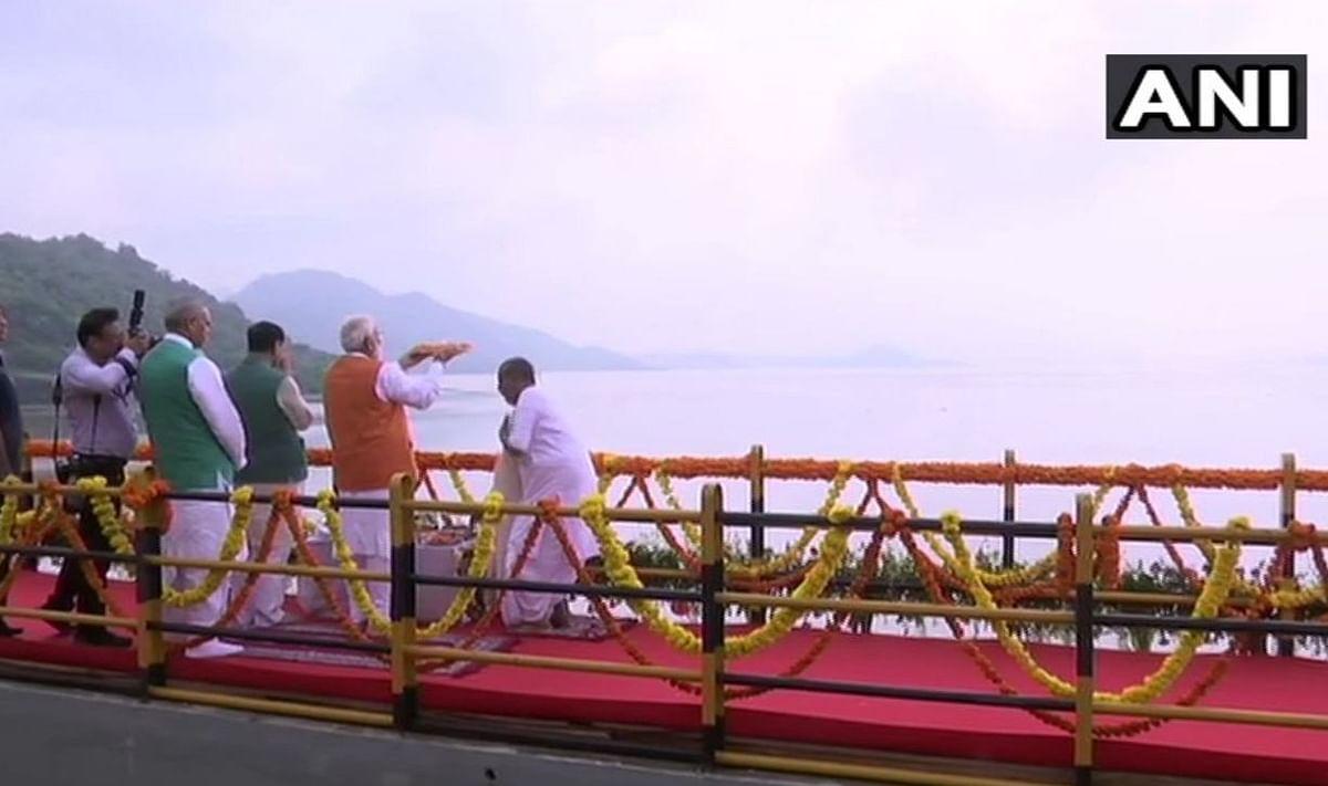 PM Modi performing puja at Sardar Sarovar Dam
