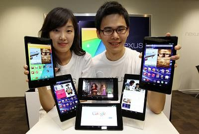 SEOUL, Aug. 26, 2013 (Xinhua/IANS) -- Models pose for photos with Google`s tablet Nexus 7 at a launch event at the Google Korea head office in Seoul, South Korea, Aug. 26, 2013. The Nexus 7 will go on sale on Aug. 28 in South Korea. (Xinhua/Park Jin-hee) ****Authorized by ytfs****