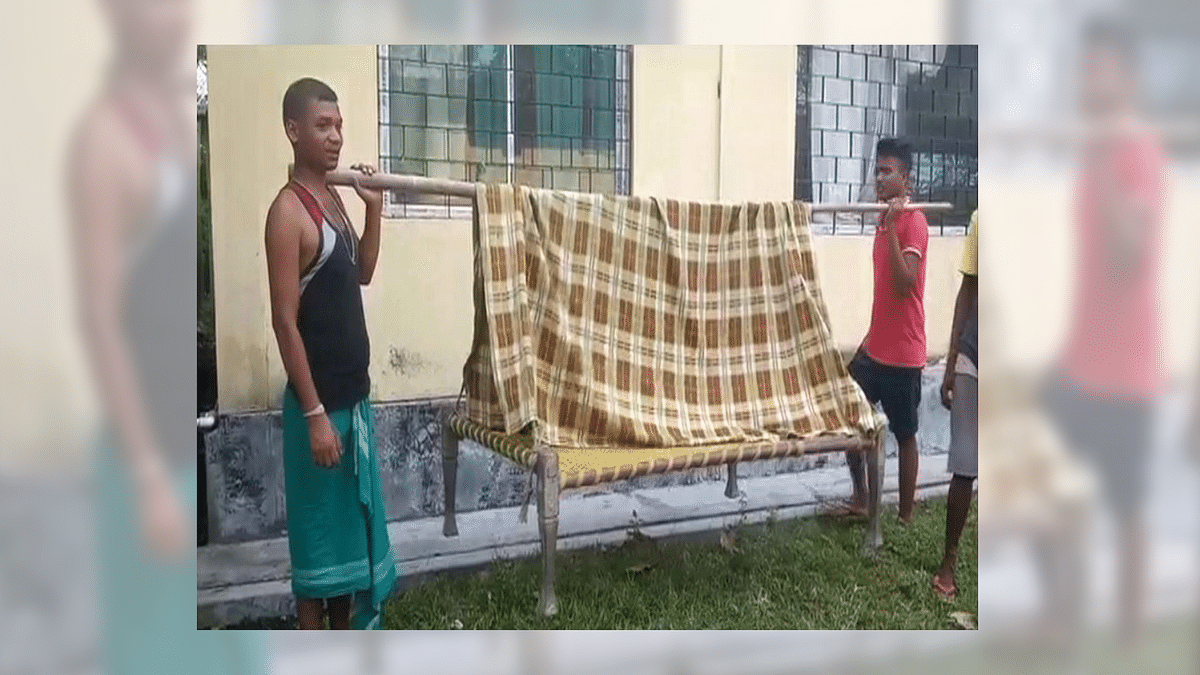 Woman Gives Birth on Makeshift Stretcher, Men Call it 'Ambulance'