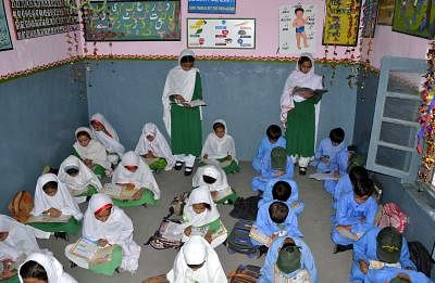 (150908) -- QUETTA, Sept. 8, 2015 (Xinhua) -- Pakistani students attend a class at a school on the occasion of the International Literacy Day in southwest Pakistan