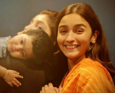 "Alia Bhatt happily struck a pose with ""Sun raha hai na tu"" hitmaker Ankit Tiwari"