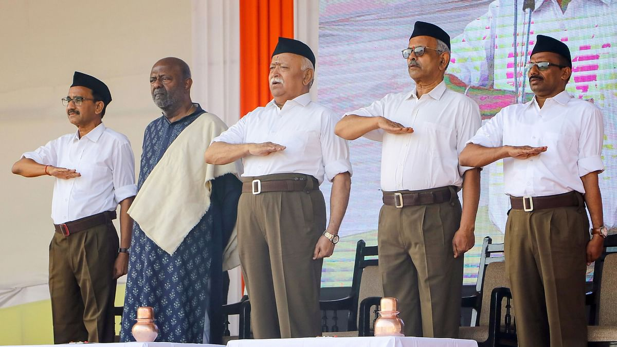 RSS chief Mohan Bhagwat (C) along with HCL founder and chairman Shiv Nadar (second L) during Vijayadashami Utsav 2019.