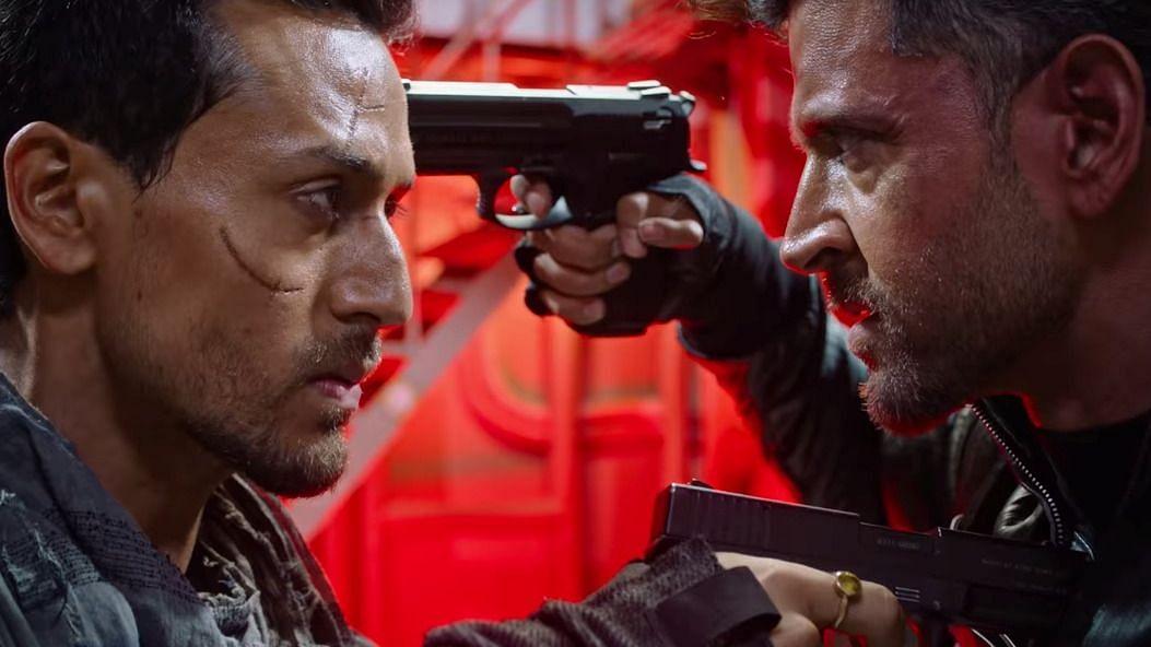 Hrithik Roshan and Tiger Shroff in a still from <i>War</i>.