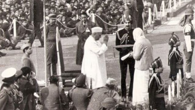 2nd Lt Khetarpal's mother receives his Param Vir Chakra from Prime Minister Nehru