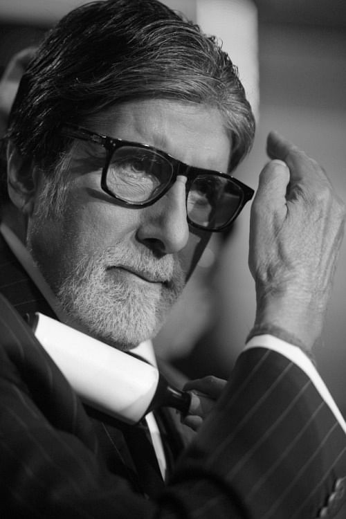Amitabh does the touch-up before the shoot.