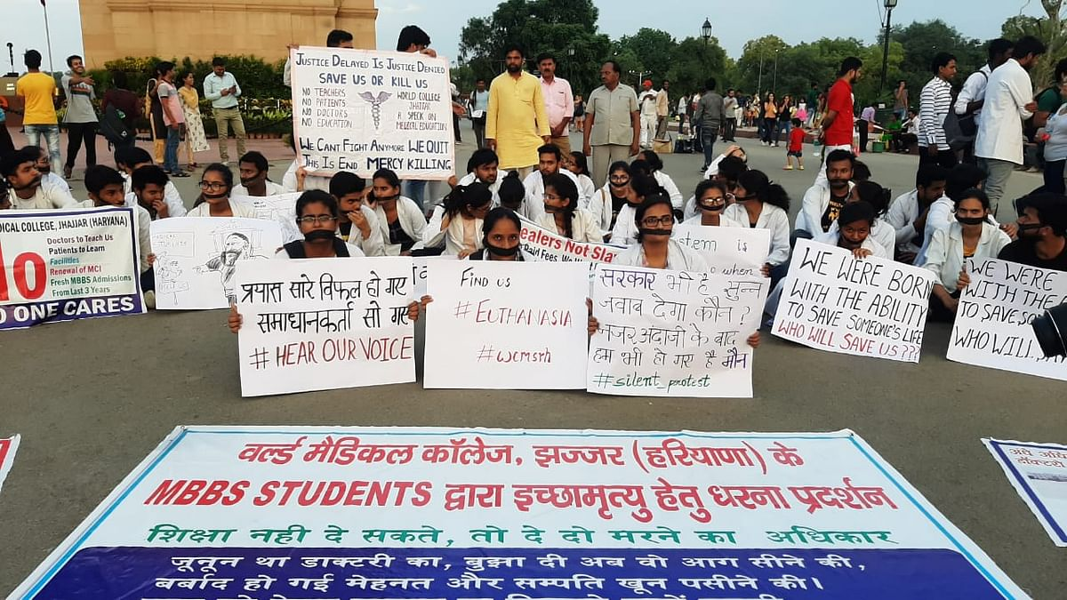 Students of Jhajjar Medical College protest at India Gate.