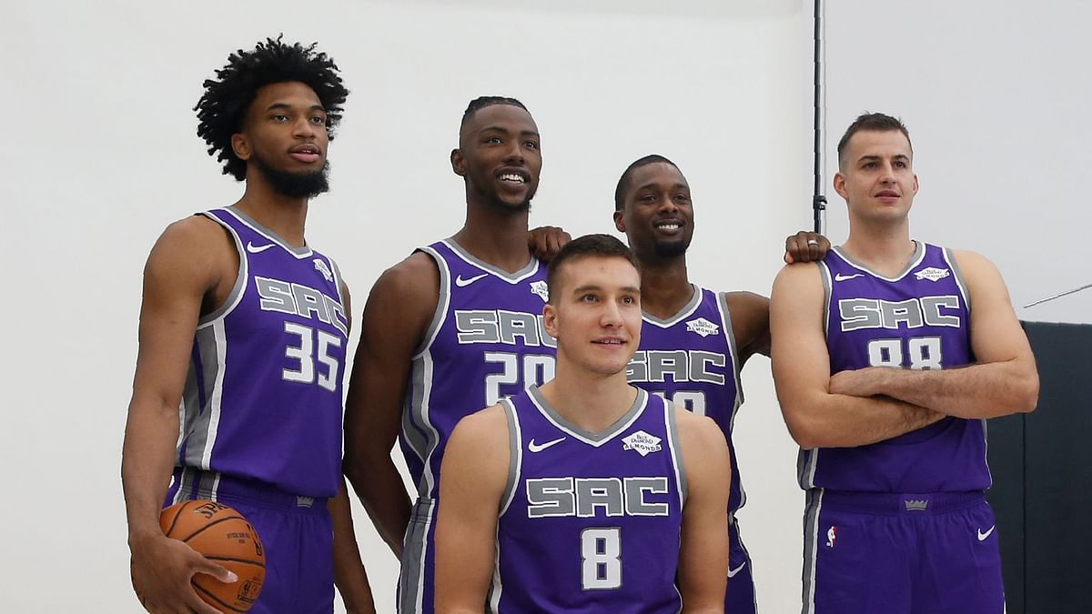 Drake has loaned the Sacramento Kings basketball team his private jumbo jet for a pre-season trip to India.