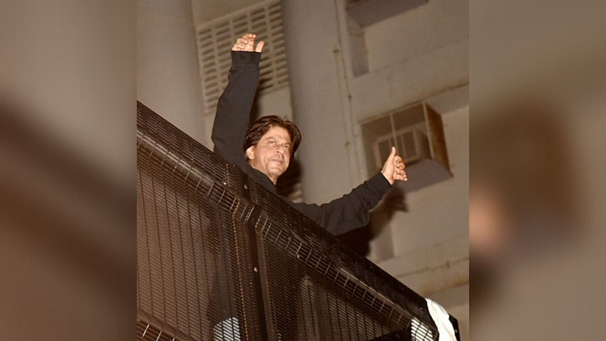 In Pics: Shah Rukh Rings in 54th B'Day by Greeting Fans at Mannat