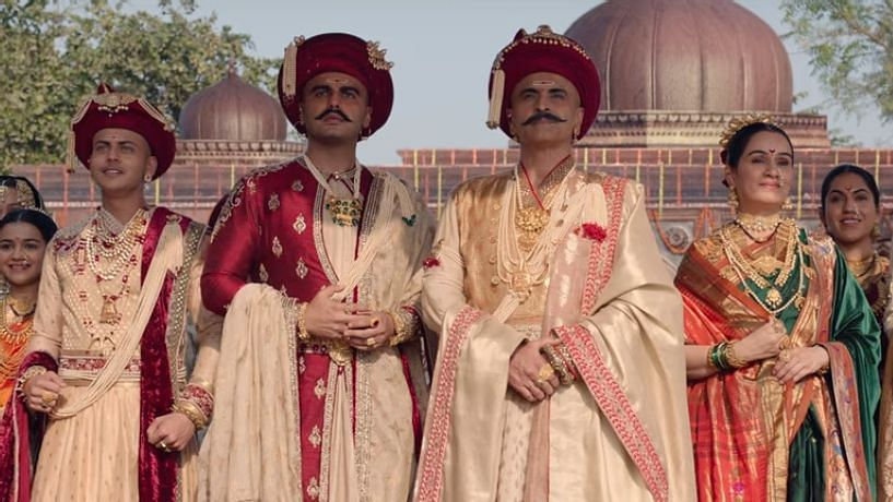 The cast of <i>Panipat </i>in the song sequence for 'Mard Maratha'.