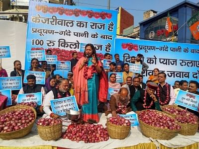 New Delhi: BJP leader Vijay Goel along with MP Meenakshi Lekhi and others party workers staged a demonstration against Delhi Chief Minister Arvind Kejriwal on pollution, dirty water supply and onion price hike in New Delhi on Nov. 29, 2019. (Photo: IANS)
