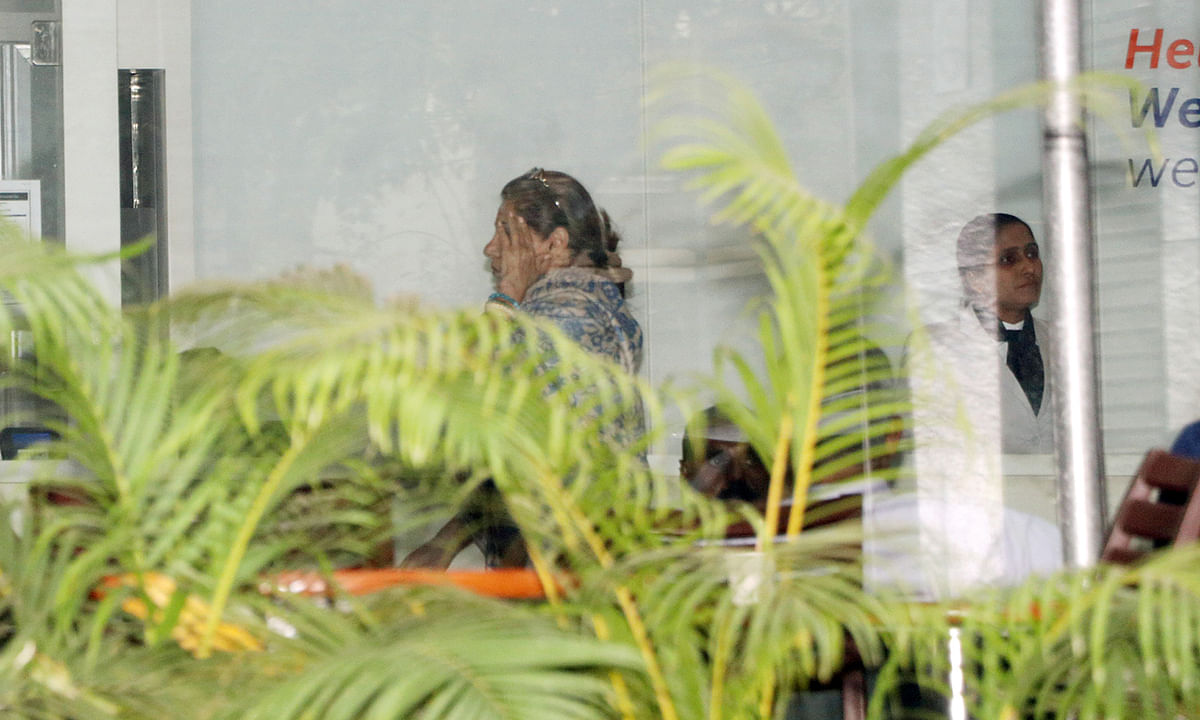 Dimple Kapadia visits her mother at the hospital.