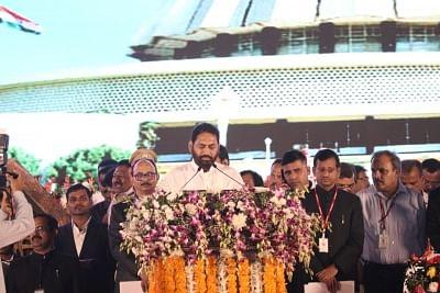 Mumbai: Nitin Raut takes oath as Cabinet Minister during swearing-in ceremony in Mumbai on Nov 28, 2019. (Photo: IANS)