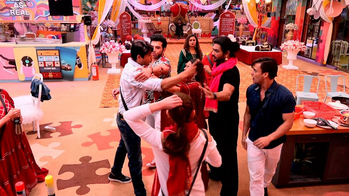 'BB 13': Twitter Divided Over Ugly Fight Between Sidharth & Asim