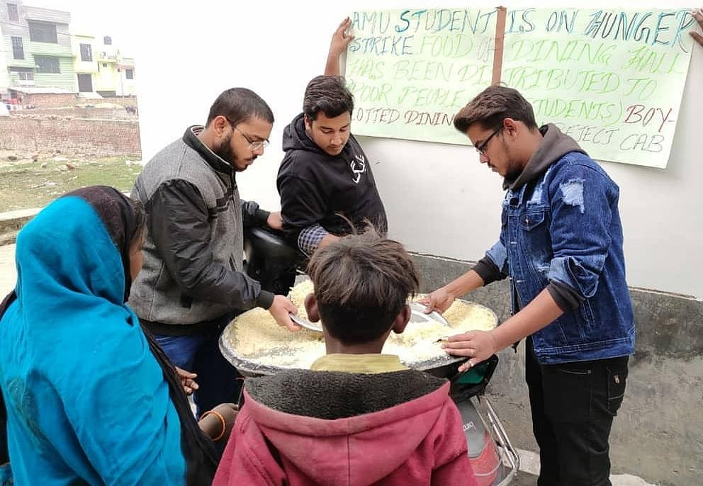 Students distribute food.
