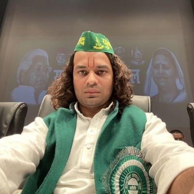 Lalu's son Tej Pratap's new profile pic amuses Twitterati