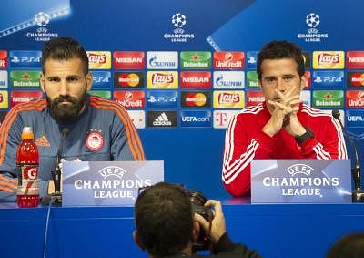 ZAGREB, Oct. 20, 2015 (Xinhua) -- Marco Silva (R), head coach of Olympiacos, attends a press conference with player Dimitris Siovas at Maksimir stadium in Zagreb, Croatia, on Oct. 19, 2015. Olympiacos will play UEFA Champions League Group F football match against Dinamo Zagreb on Tuesday. (Xinhua/Miso Lisanin/IANS)