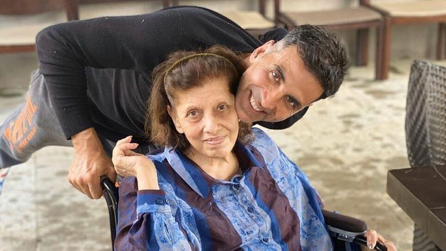 Dimple Kapadia's mother Betty Kapadia with Akshay Kumar.
