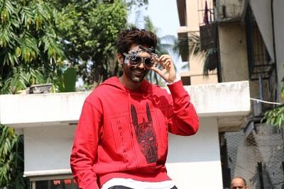 "Mumbai: Actor Kartik Aaryan during the promotions of his upcoming film ""Pati Patni Aur Woh"" at Mithibai College of Arts in Mumbai on Nov 22, 2019. (Photo: IANS)"