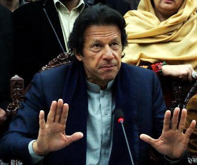 (150114) -- PESHAWAR, Jan. 14, 2015 (Xinhua) -- Pakistan Tehreek-e-Insaf chief Imran Khan addresses a press conference in northwest Pakistan