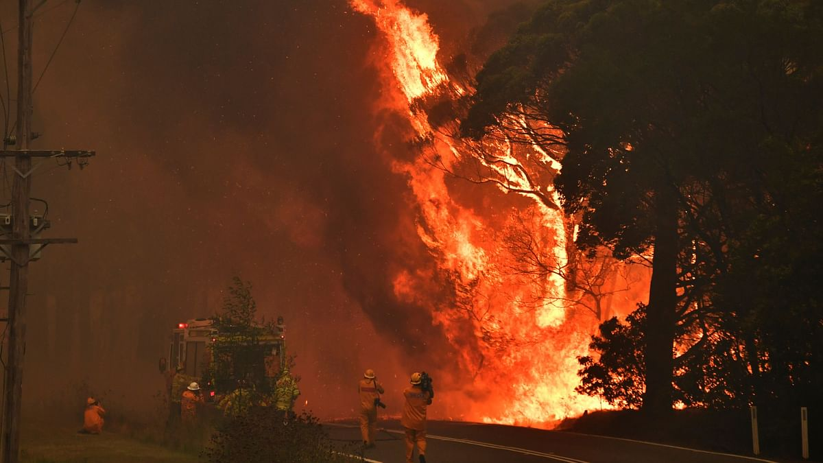 Thousands in Australia Trapped on Beaches As Fire Razes Towns