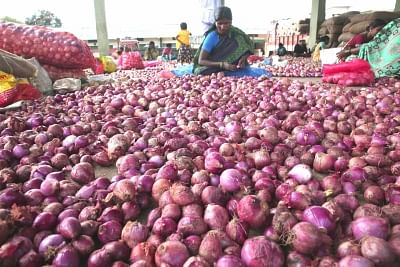 Onion spikes to Rs 100, Delhi blames Centre for shortage