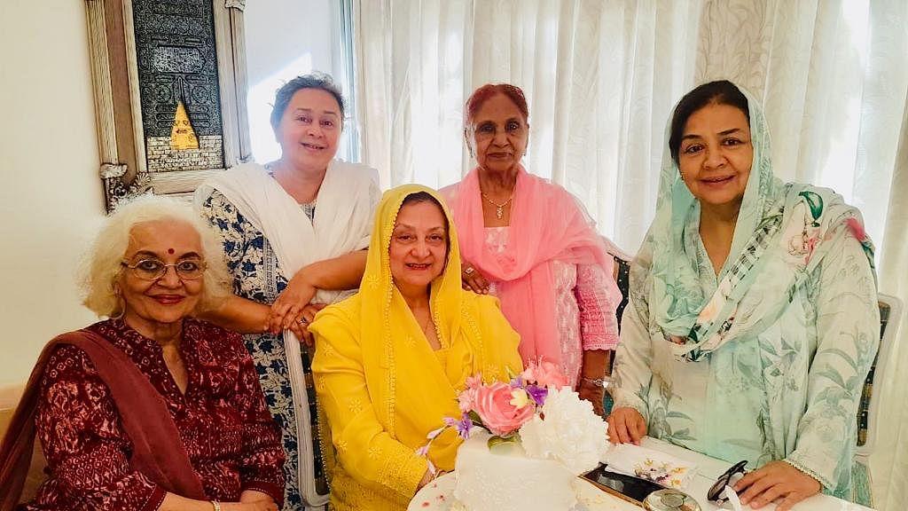 Saira Banu with close friends Asha Parekh, Farida Dadi, Roshan Kumari and Farida Jalal.