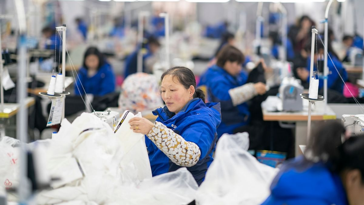 Haoyang Garment Factory is less than 10 kilometers away from Xingxianli Community, Lushi County. Among around 300 workers in the factory, 86 are from poor families, including nine from Xingxianli Community.