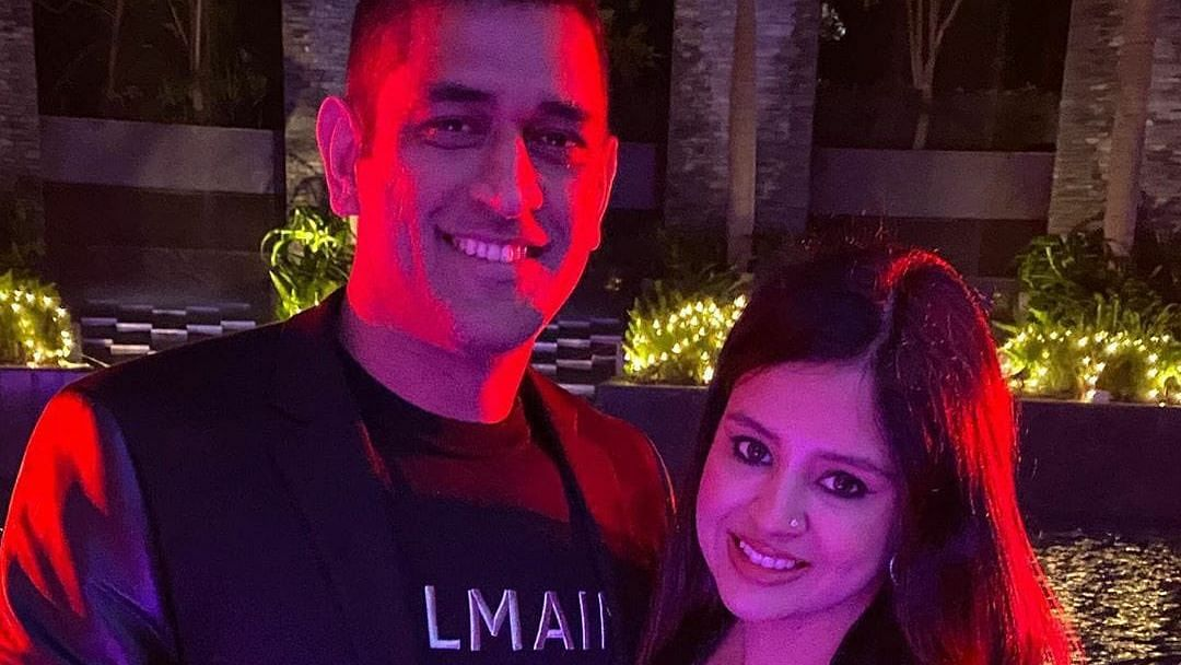 MS Dhoni Dances With Wife Sakshi, Celebrates New Year in Style