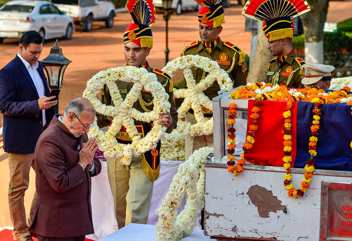 Delhi LG Anil Baijal pays his last respects to the mortal remains of police inspector Ratan Lal at Shaheed Smarak Sthal, in New Delhi, Tuesday, 25 February.